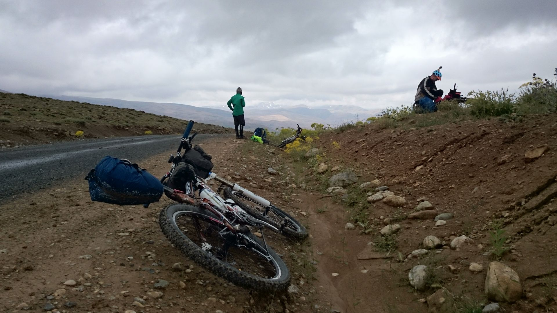 Day 1 - Pit stop under a brooding sky. Just beyond Tasraft village.  © Shaun Grey