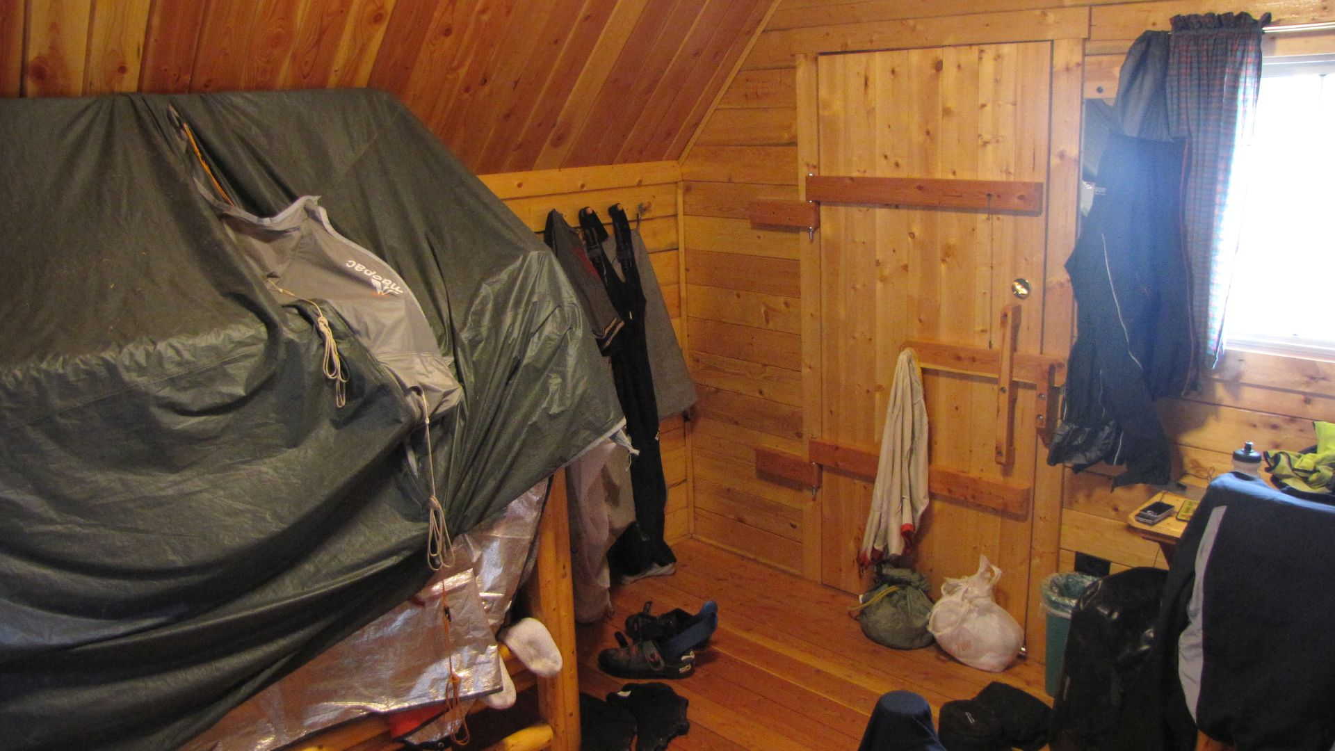 Nr Fort Collins, CO, USA - After packing tent in the snow & riding through falling snow I book into a Cabin to dry-out